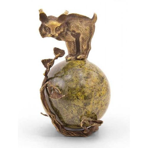 Скульптура «Рысь на шаре»